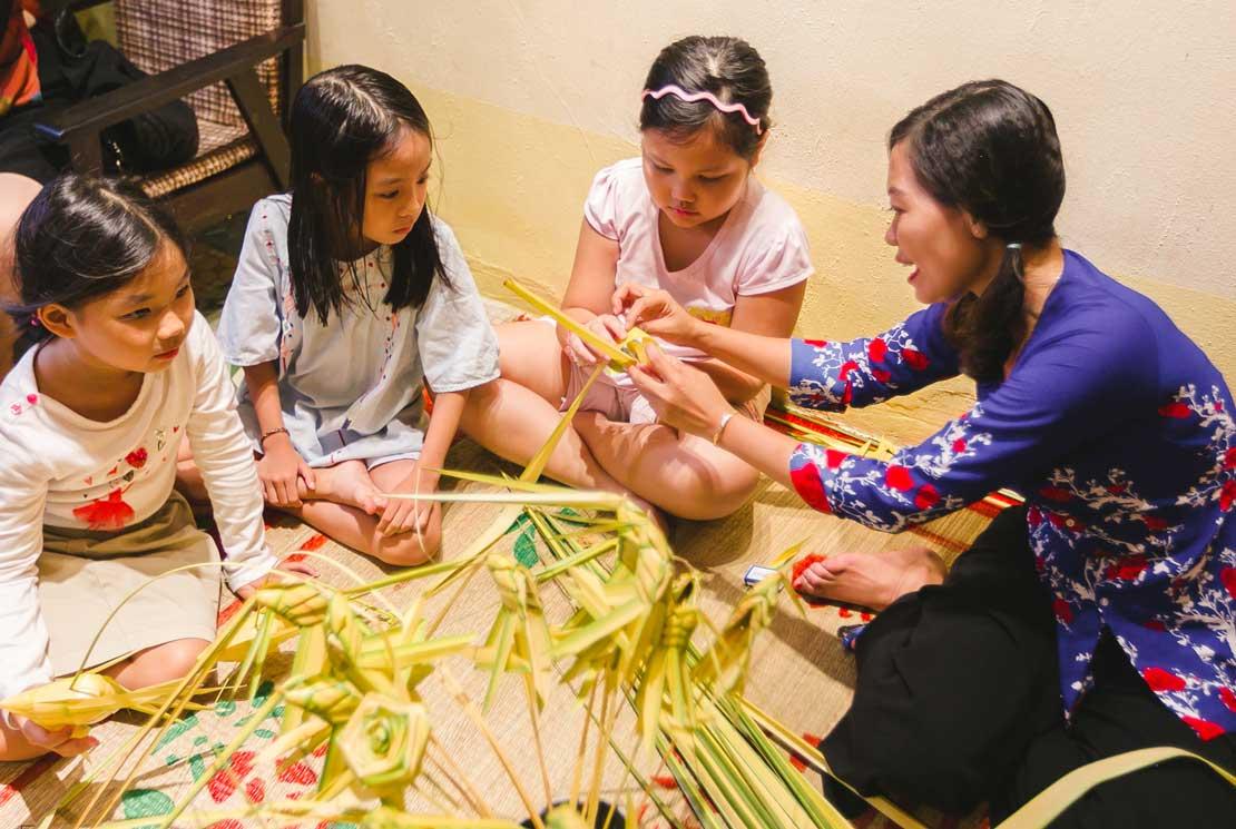 Dịch vụ nghệ nhân xếp lá dừa - tặng các bé sinh nhật