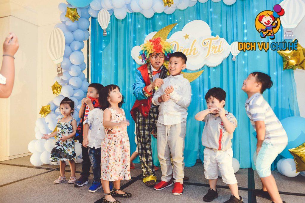 Tổ chức tiệc sinh nhật cho bé với chú hề hoạt náo suốt tiệc